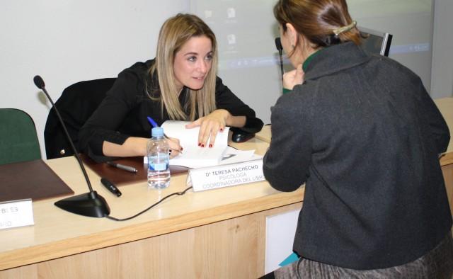Teresa Pacheco firma uno de los ejemplares